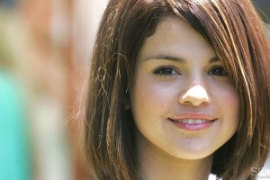 Download Beautiful Selena Gomez Wide Wallpaper Free Wallpaper on dailyhdwallpaper.com