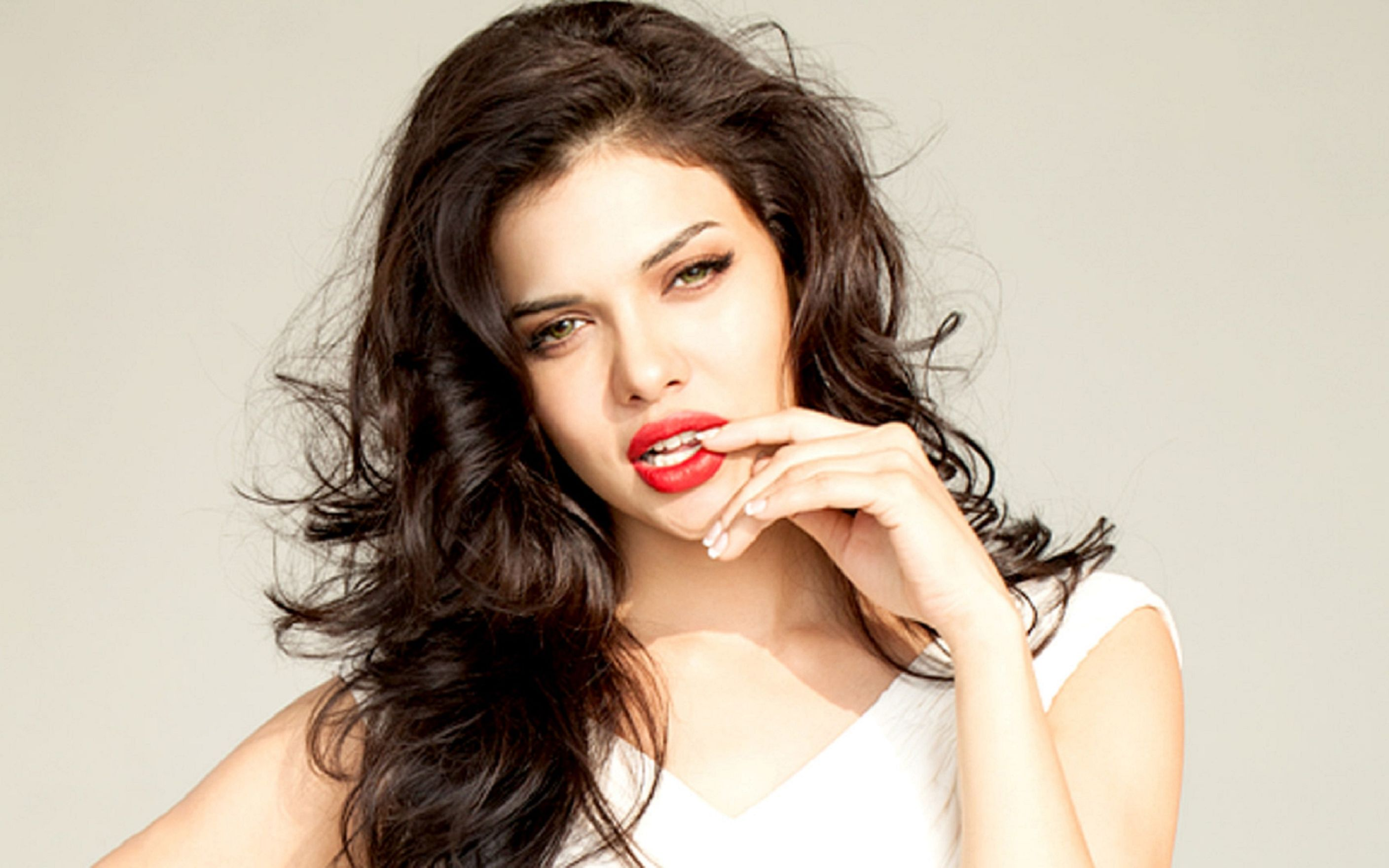 Download free HD Sara Loren HD Wallpaper, image